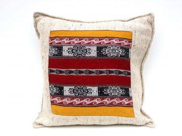 Funda de cojín en textil reciclado con telar bordado a mano