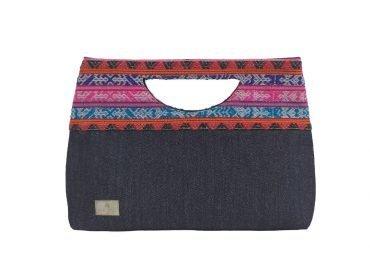 Sobre en textil negro y telar peruano