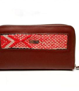 Billetera de cuero marrón con cierre y detalle de telar andino