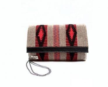Cartera en telar de lana de oveja y detalle charol negro labrado